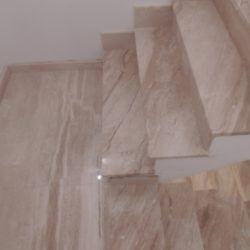 Schody zjasnego marmuru