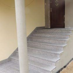 Granitowe schody zewnętrzne - wejście do domu