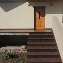 Granitowe schody i taras przed domem
