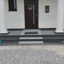 Marmurowe schody zewnętrzne - widok zprzodu