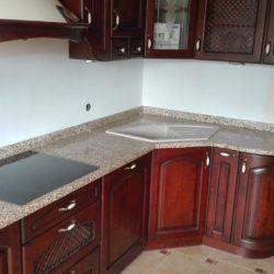 Elegancki granitowy blat w kuchni